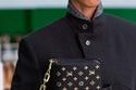حقيبة جلدية سوداء بذراع ذهبي من Louis Vuitton