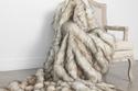 بطانية من الفراء الملقاة على الأريكة لتدفئتك في غرفة المعيشة