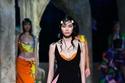 فستان قصير مزود بثنيات دقيقة في الأطراف من Versace