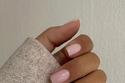 طلاء الأظافر باللون الوردي