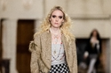 تنورة على شكل رقعة الشطرنج ودمج الصوف مع الريش في مجموعة Chanel