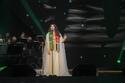 أحلام على المسرح ترتدي وشاح يمزج علم الإمارات مع السعودية