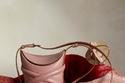 حقيبة The Curve بتصميم جديد من Alexander McQueen