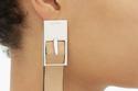 قرط لأذن واحدة عبارة عن مشبك الحزام الجلد من LOEWE بـ265 دولارا