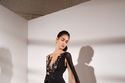 فستان طويل أسود اللون بفتحة جانبية من زهير مراد