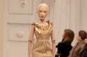 فستان أنيق مزود بأجزاء لامعة من Moschino