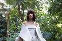 فستان من الحرير المطلي باللون الرمادي مزين بأزرار