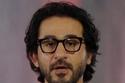 دبوس بنقش فرعوني يزين بدلة أحمد حلمي