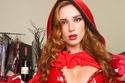 بيلا ثرون متنكرة في صاحبة الرداء الأحمر