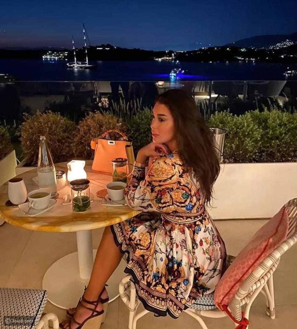 إطلالات ياسمين صبري في اليونان.. كلمة السر الفساتين
