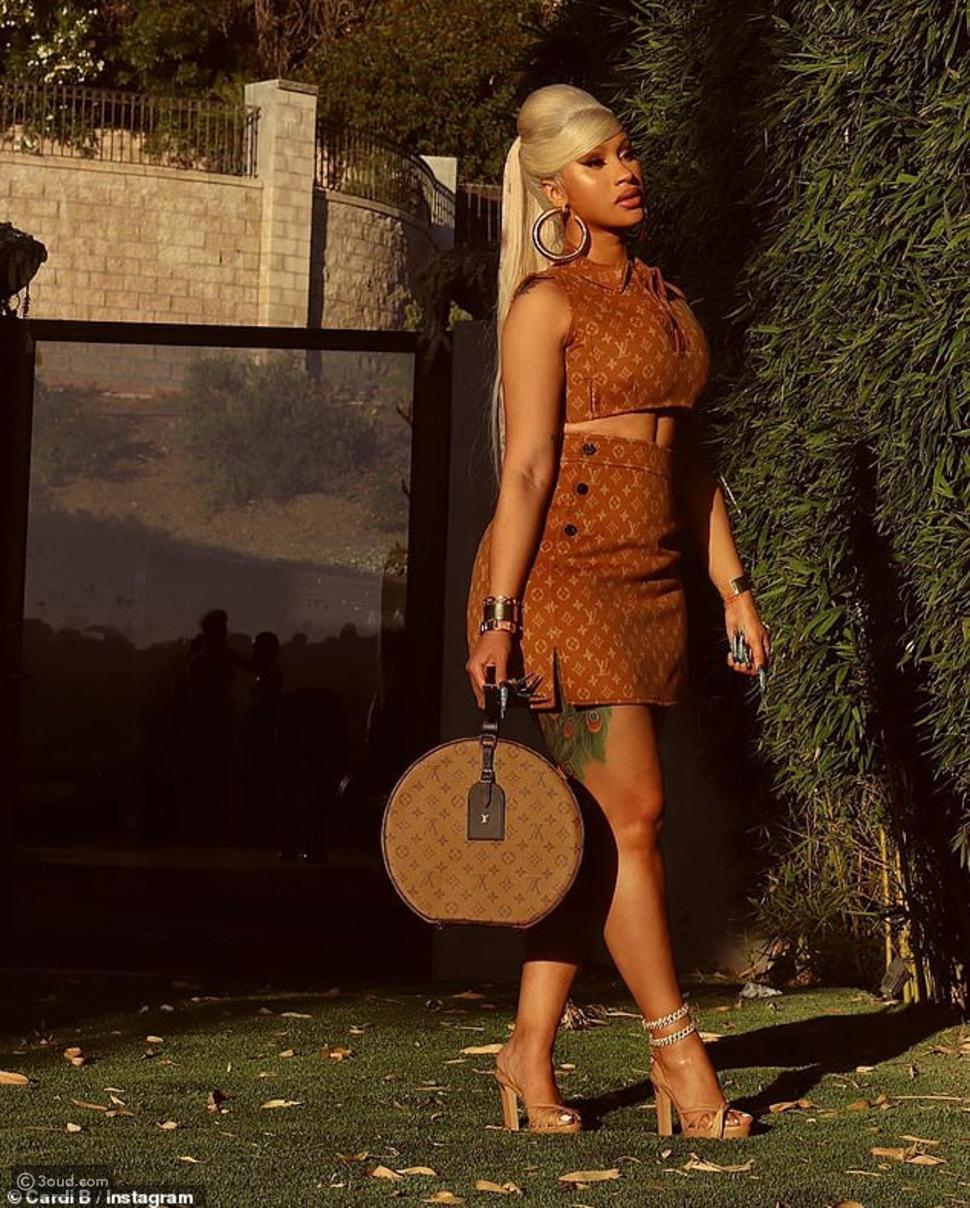 طباعة Louis Vuitton تزين شعر كاردي بي