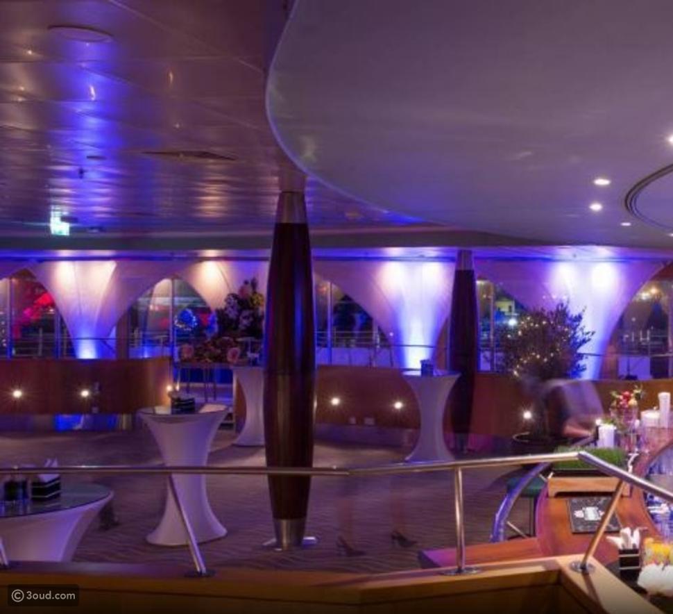 سفينة QUEEN ELISABETH2 تحتفي بالزفاف الملكي في دبي
