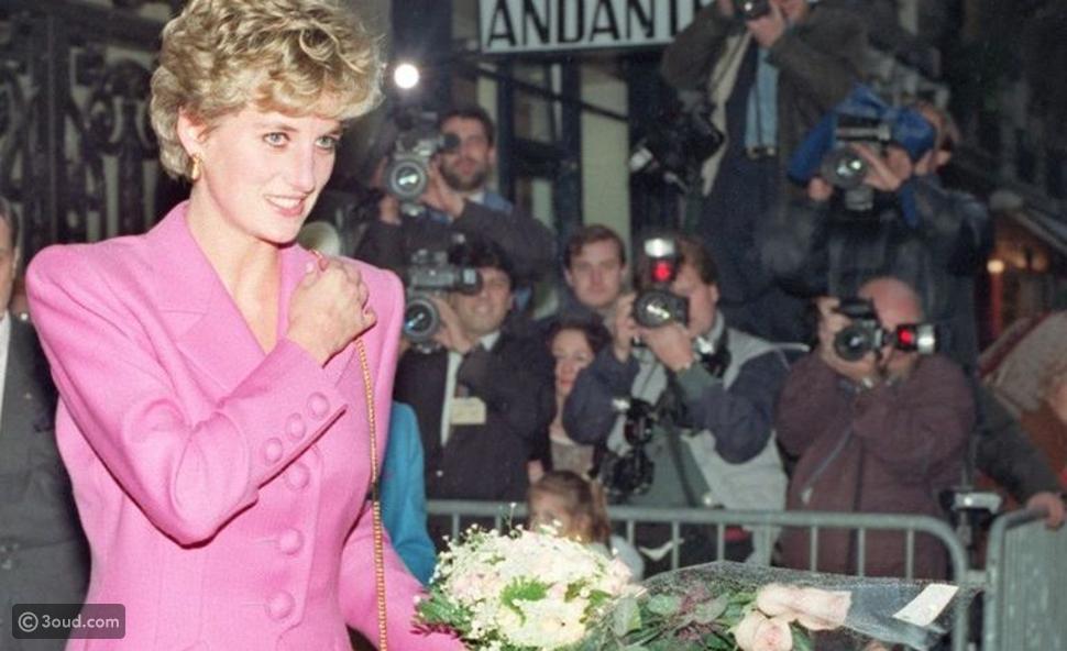 باروكة خاصة وملابس مستوحاة من الأميرة ديانا لكريستين ستيوارت في Spence