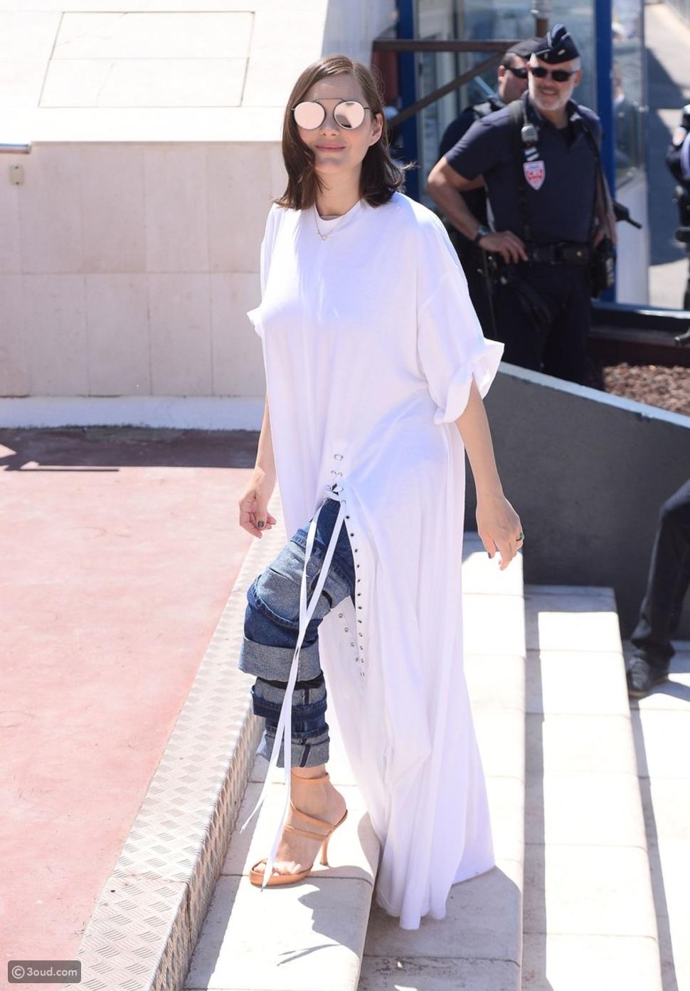 ارتدي القميص الأبيض والجينز على طريقة ماريون كوتيار