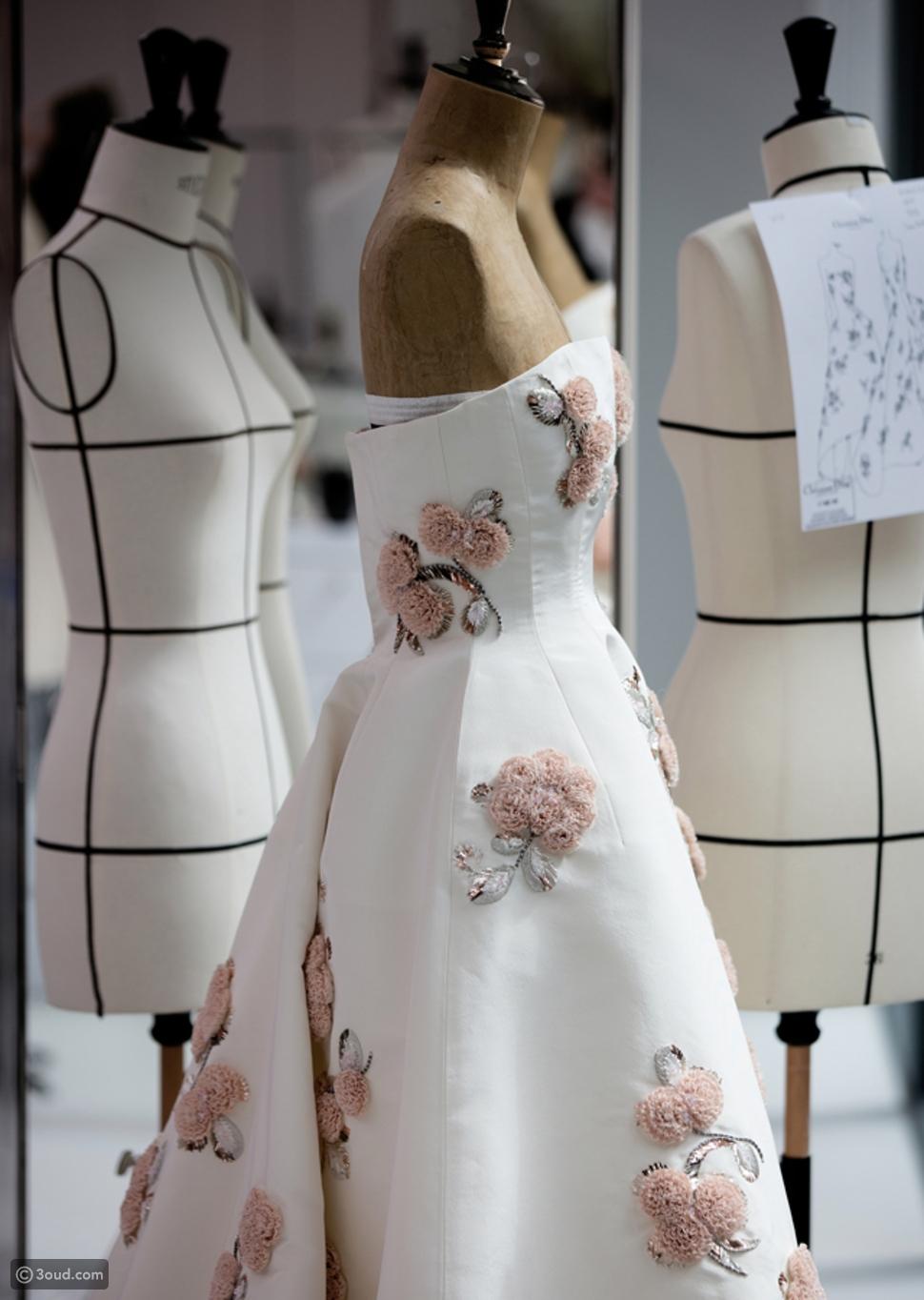 شاهدي مراحل تصميم هذا الفستان المميز من ديور