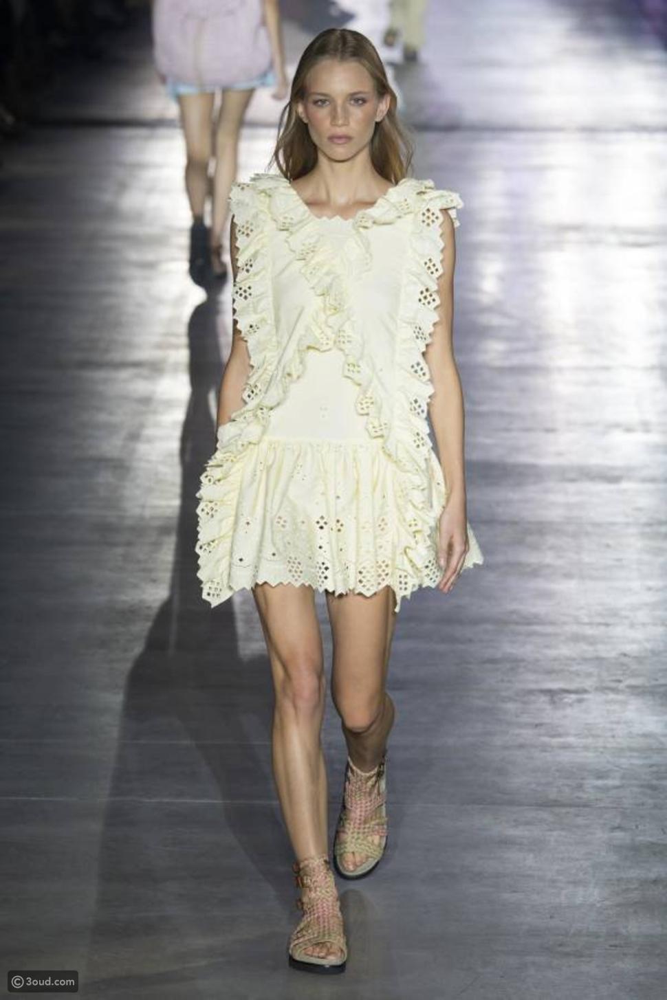 ألبيرتا فيريتي تفتتح أسبوع الموضة في ميلانو بعرض بوهيمي
