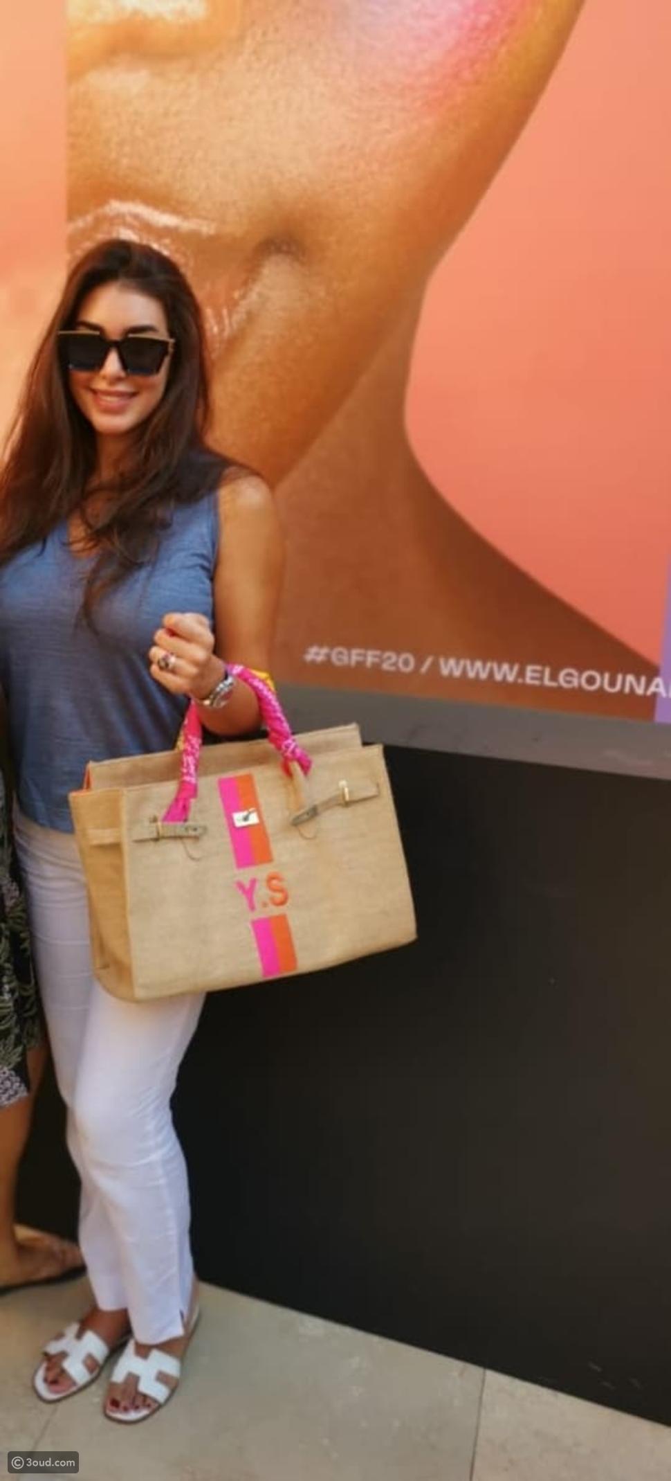 ياسمين صبري تحمل حقيبة Hermes بتصميم خاص في مهرجان الجونة