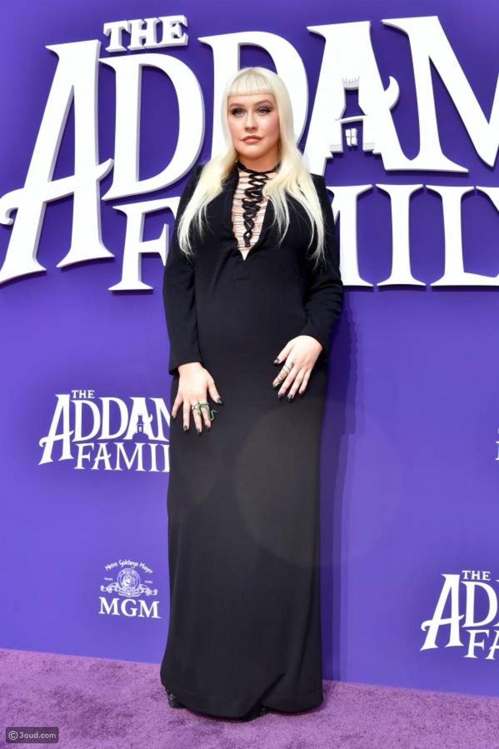 كريستينا أغيليرا بإطلالة مختلفة في افتتاح فيلم THE ADDAMS FAMILY