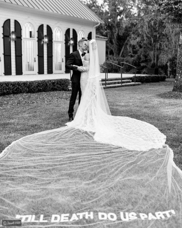هايلي بيبر تخطف الأنظار في فستان زفافها من تصميم فيرجيل أبلوه
