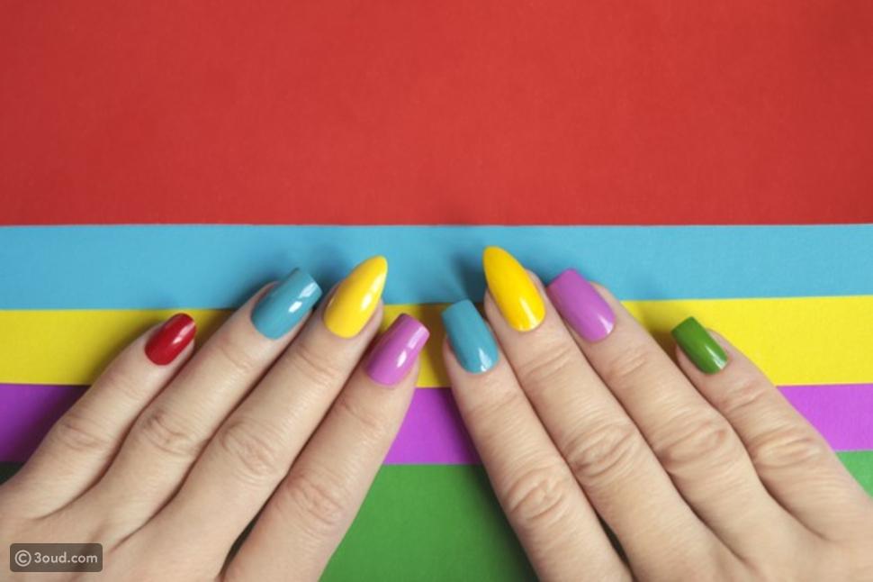أظافر متعددة الألوان