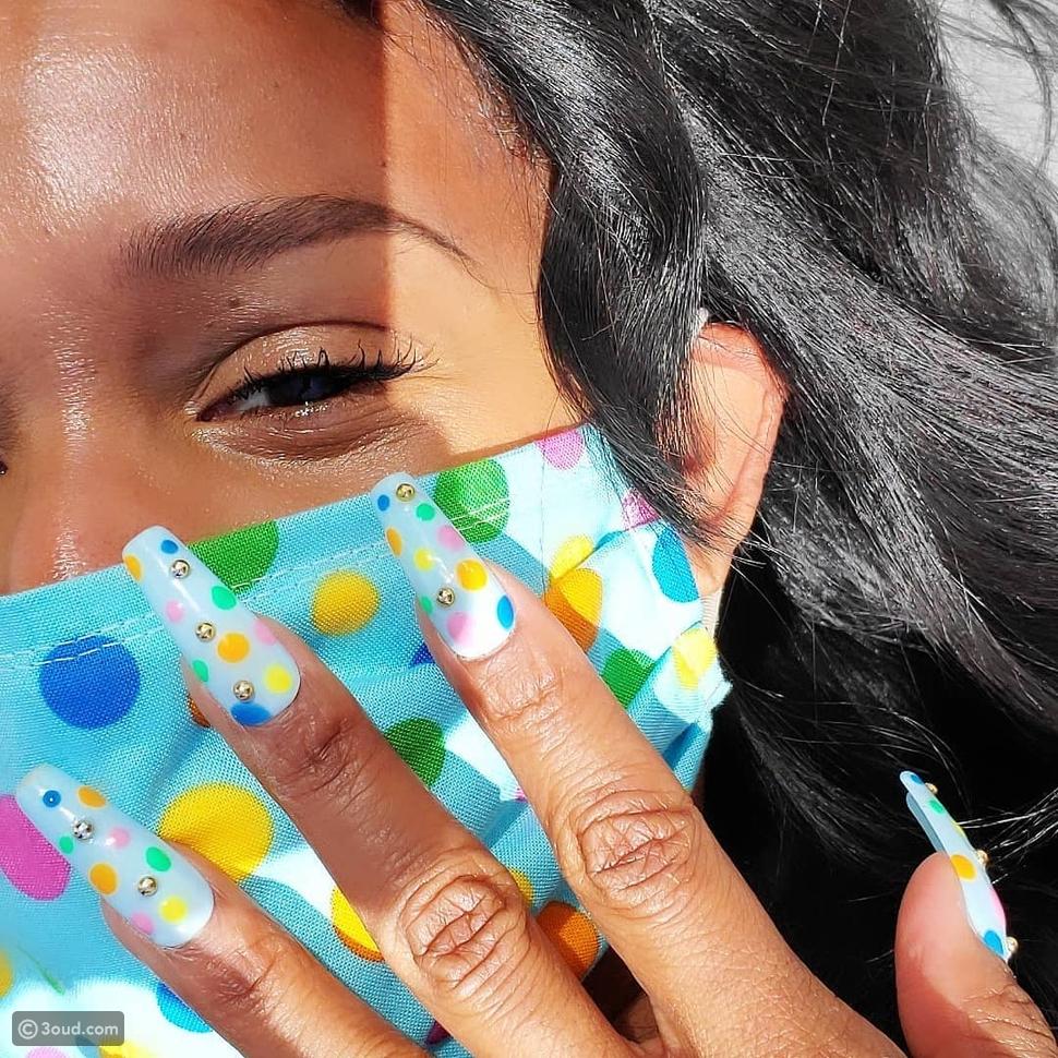 نسقي مانيكيرك مع لون كمامتك على طريقة مدونات الموضة