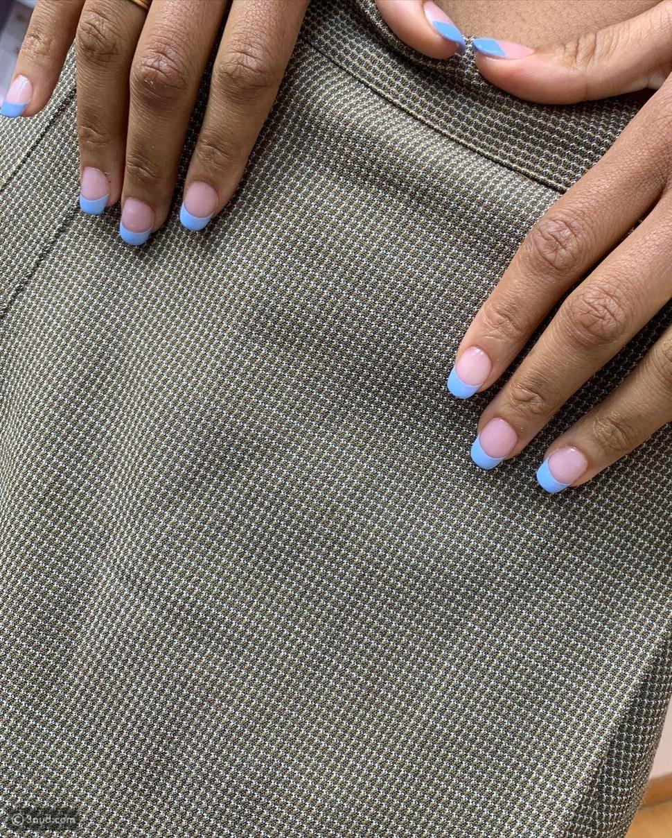 طلاء الأظافر الأزرق